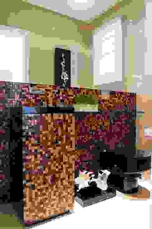 Bathroom by studio VIVADESIGN POR FLAVIA PORTELA ARQUITETURA + INTERIORES,