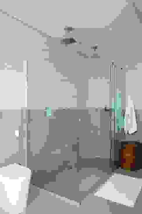 Ванные комнаты в . Автор – studio VIVADESIGN POR FLAVIA PORTELA ARQUITETURA + INTERIORES