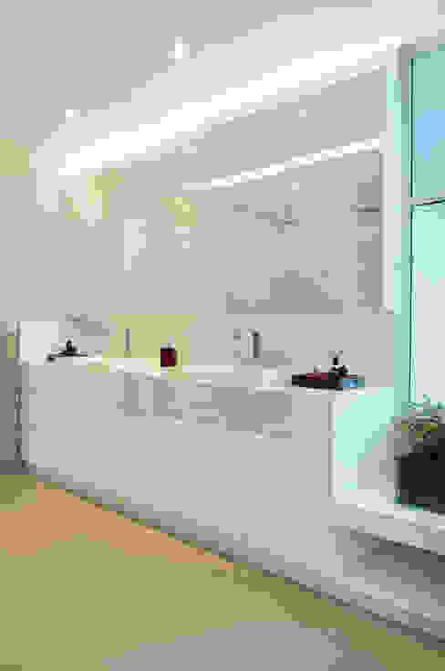 Ванная комната в стиле модерн от studio VIVADESIGN POR FLAVIA PORTELA ARQUITETURA + INTERIORES Модерн