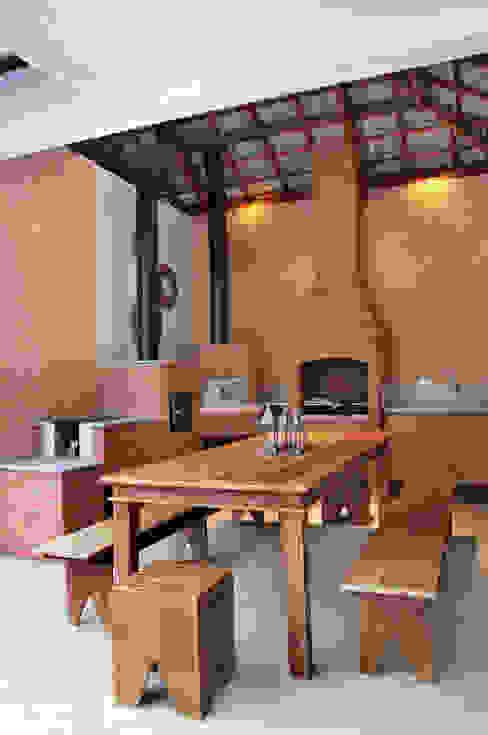 studio VIVADESIGN POR FLAVIA PORTELA ARQUITETURA + INTERIORES Balcones y terrazas rústicos Marrón