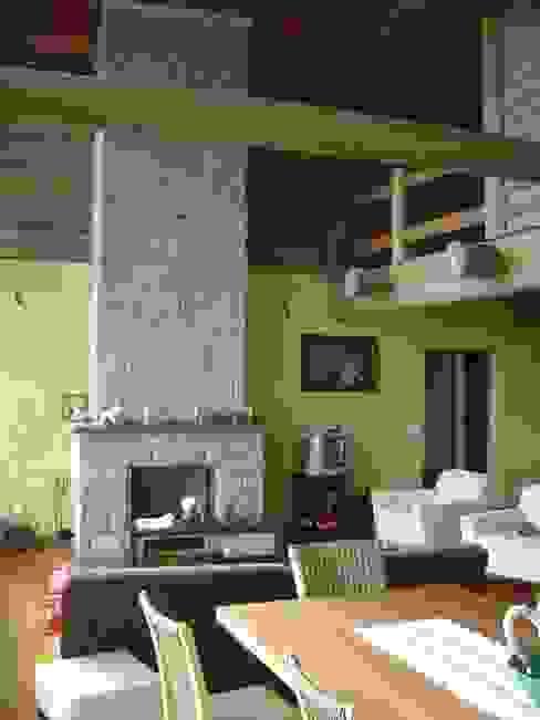 Country style living room by Carlos Eduardo de Lacerda Arquitetura e Planejamento Country