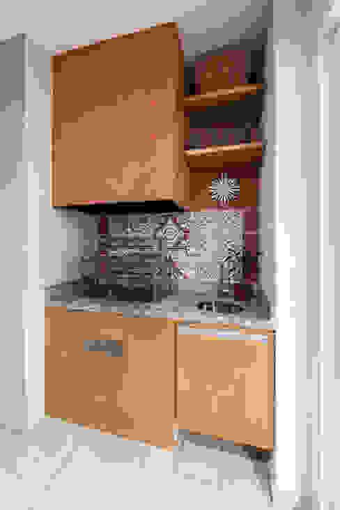 studio VIVADESIGN POR FLAVIA PORTELA ARQUITETURA + INTERIORES ラスティックデザインの テラス