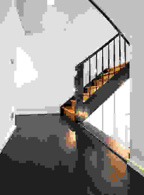 Modern Corridor, Hallway and Staircase by Schiller Architektur BDA Modern Wood Wood effect