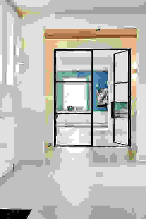 Ruime entree Moderne gangen, hallen & trappenhuizen van Jolanda Knook interieurvormgeving Modern