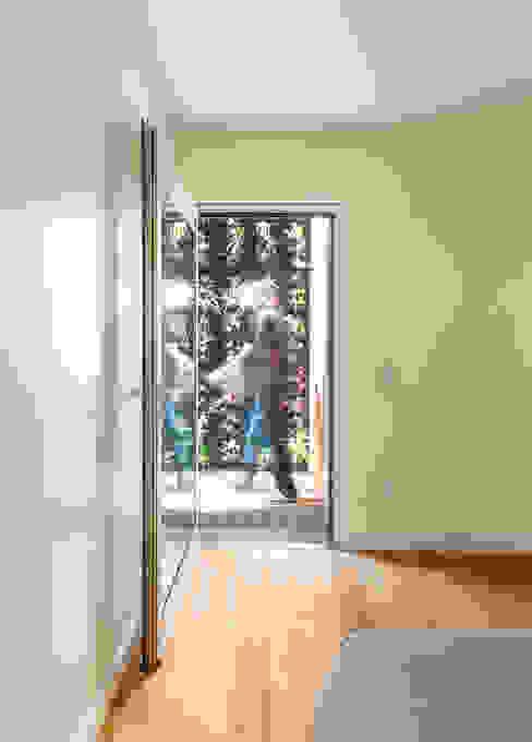 モダンデザインの テラス の Studio Dois モダン エンジニアリングウッド 透明