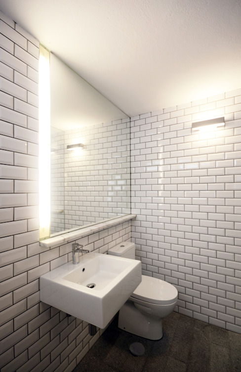 Bathroom by Studio Dois, Modern