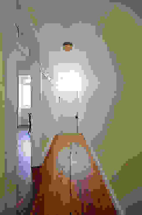 House with Patio: Corredores e halls de entrada  por Studio Dois,
