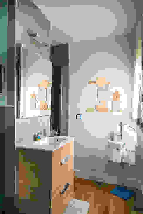 Baño integrado en dormitorio infantil MODULAR HOME Baños de estilo moderno