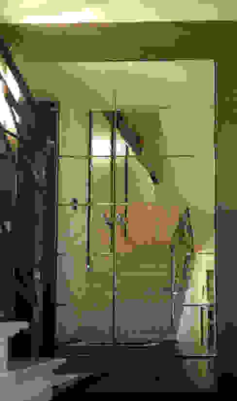 モダンスタイルの 玄関&廊下&階段 の bilune studio モダン ガラス