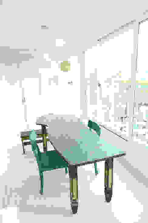 Modern terrace by 퍼스트애비뉴 Modern