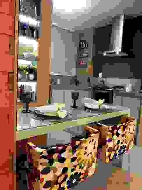 Sala e Cozinha em Tons de CInza Cozinhas modernas por Marina Turnes Arquitetura & Interiores Moderno
