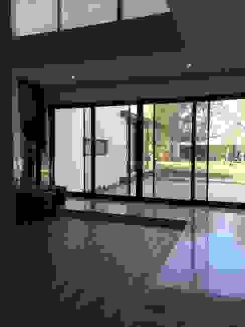Modern Corridor, Hallway and Staircase by Diez y Nueve Grados Arquitectos Modern