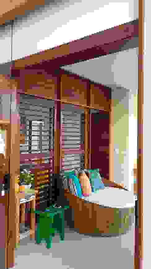 Balcones y terrazas de estilo tropical de Tânia Póvoa Arquitetura e Decoração Tropical