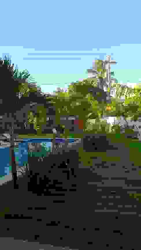 Tropical style garden by Tânia Póvoa Arquitetura e Decoração Tropical Wood Wood effect