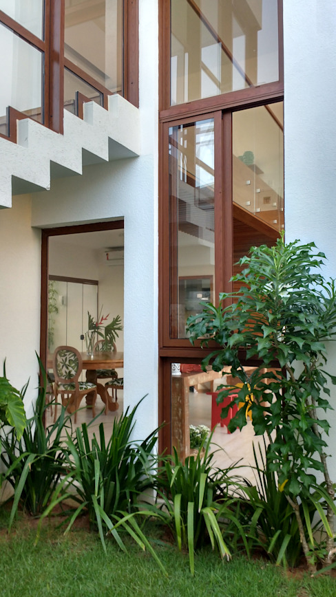 Tropical style houses by Tânia Póvoa Arquitetura e Decoração Tropical Glass