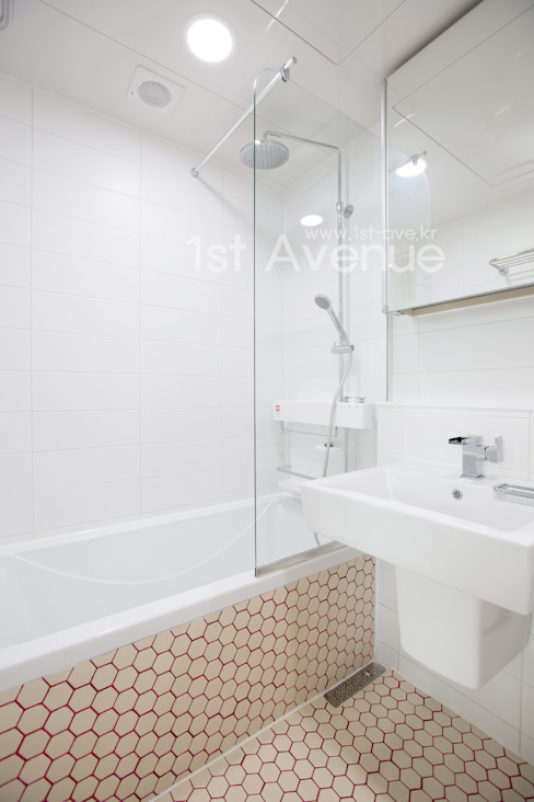 감각적인 패턴과 감성이 있는 인테리어 : 퍼스트애비뉴의  욕실,