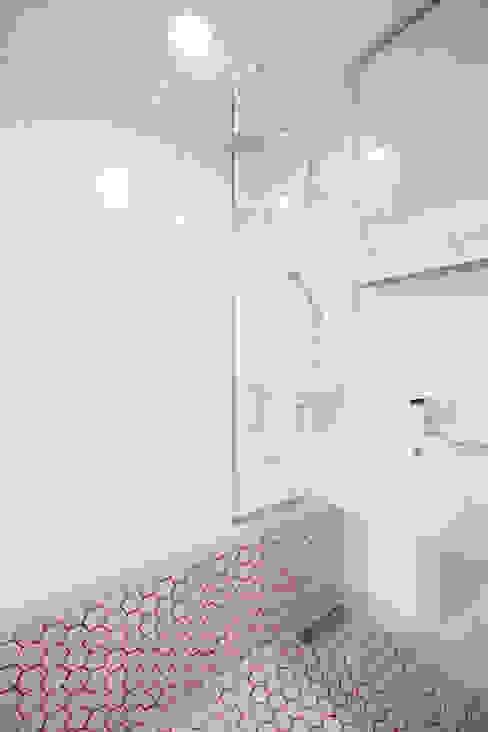 Bathroom by 퍼스트애비뉴, Modern