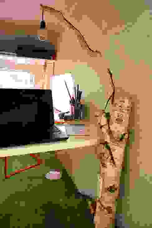 Luminaire et prise boisées Espaces de bureaux modernes par Jardin boheme Moderne