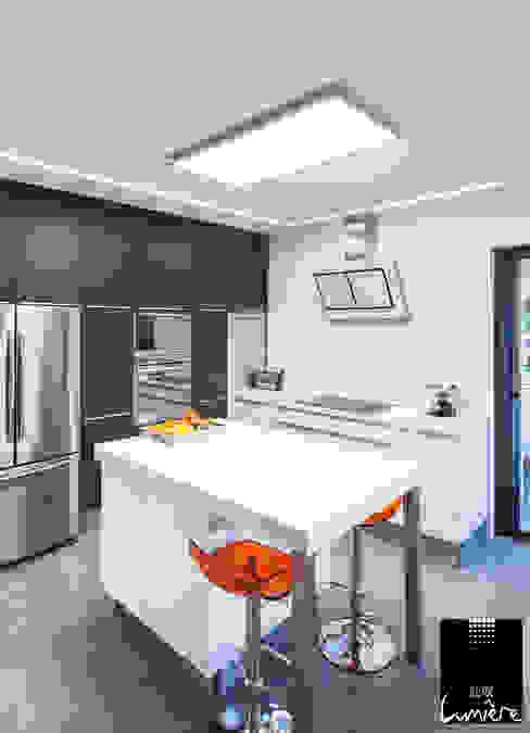 現代廚房設計點子、靈感&圖片 根據 Jeux de Lumière 現代風