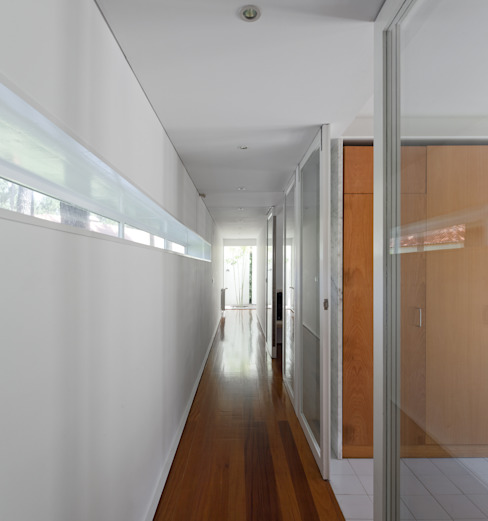 Habitação Unifamiliar na Aroeira: Corredores e halls de entrada  por Cândido Chuva Gomes - Arquitectos, Lda