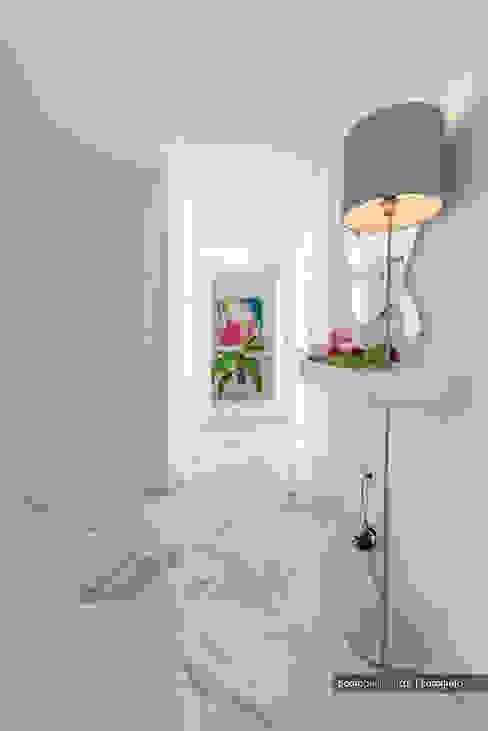 """Curioso """"buraco"""" na consola Corredores, halls e escadas modernos por homify Moderno"""