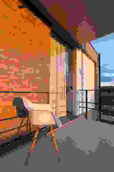 Modern balcony, veranda & terrace by PJV Arquitetura Modern Bricks