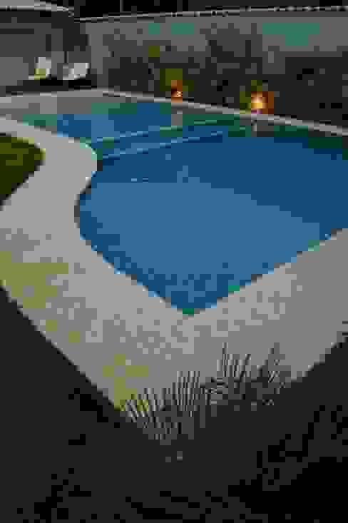 โดย Gisele Ribeiro Arquitetura ผสมผสาน เซรามิค
