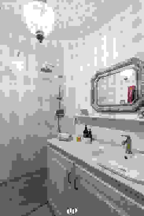 Banheiros ecléticos por dziurdziaprojekt Eclético