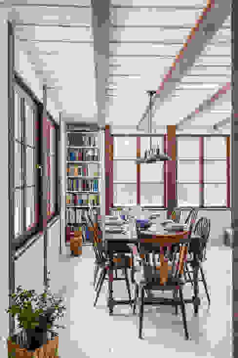 Sala da pranzo in stile rustico di dziurdziaprojekt Rustico Legno Effetto legno