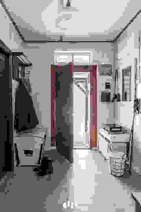 Colonial style corridor, hallway& stairs by dziurdziaprojekt Colonial