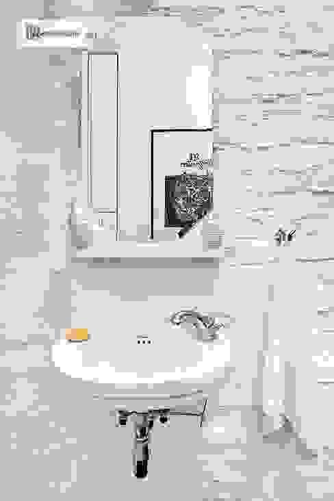 Scandinavian style bathroom by dziurdziaprojekt Scandinavian