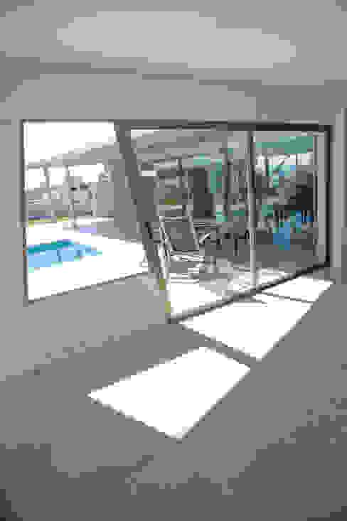 Vista al Patio Puertas y ventanas modernas de Poggi Schmit Arquitectura Moderno