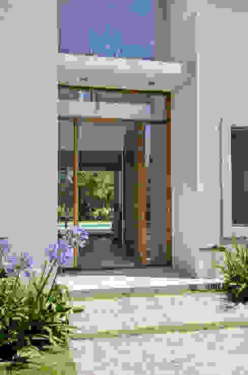 puerta principal Puertas y ventanas de estilo moderno de Parrado Arquitectura Moderno