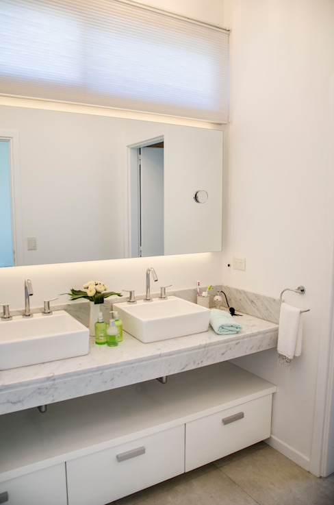 Baños de estilo  de Parrado Arquitectura