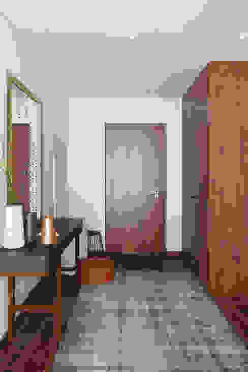 Pasillos y vestíbulos de estilo  por DZINE & CO, Arquitectura e Design de Interiores, Moderno