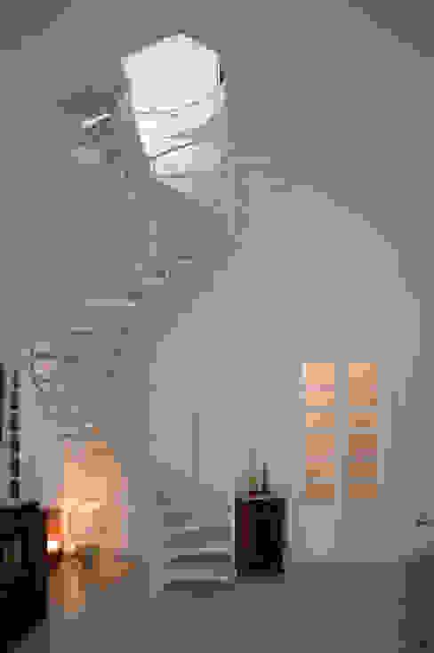 Scala elicoidale Soggiorno moderno di Marco Stigliano Architetto Moderno