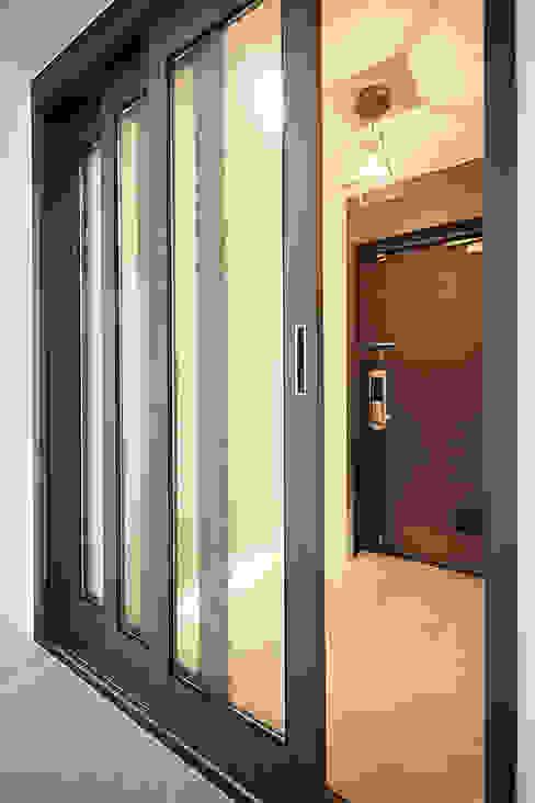 Koridor dan lorong oleh homify, Minimalis Aluminium/Seng