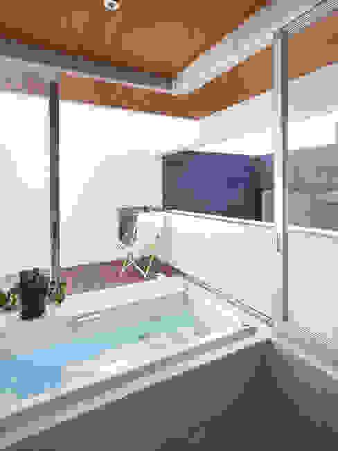 Salle de bains de style  par 小松隼人建築設計事務所, Moderne