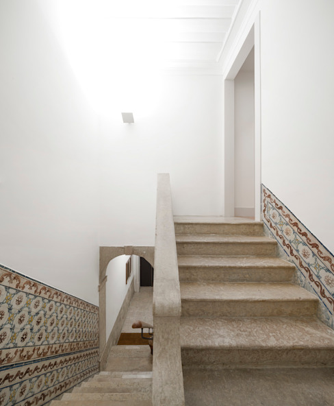 Pasillos, vestíbulos y escaleras de estilo moderno de Alberto Caetano Moderno