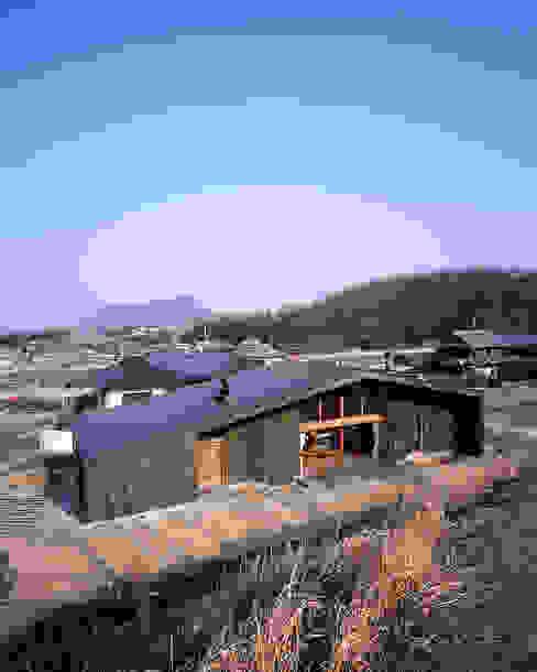 Rumah Gaya Asia Oleh TENK Asia Kayu Wood effect