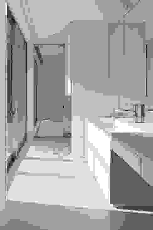 奈半利のコートハウス モダンスタイルの お風呂 の 有限会社 橋本設計室 モダン