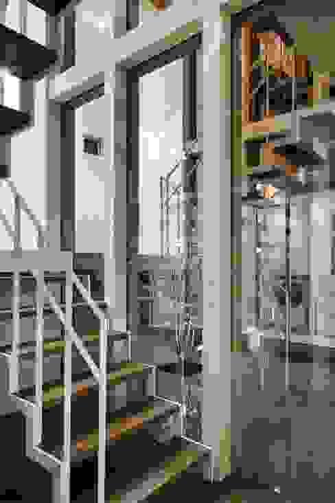 奈半利のコートハウス モダンスタイルの 玄関&廊下&階段 の 有限会社 橋本設計室 モダン