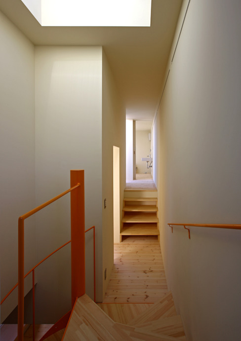 Scandinavian corridor, hallway & stairs by アトリエハコ建築設計事務所/atelier HAKO architects Scandinavian