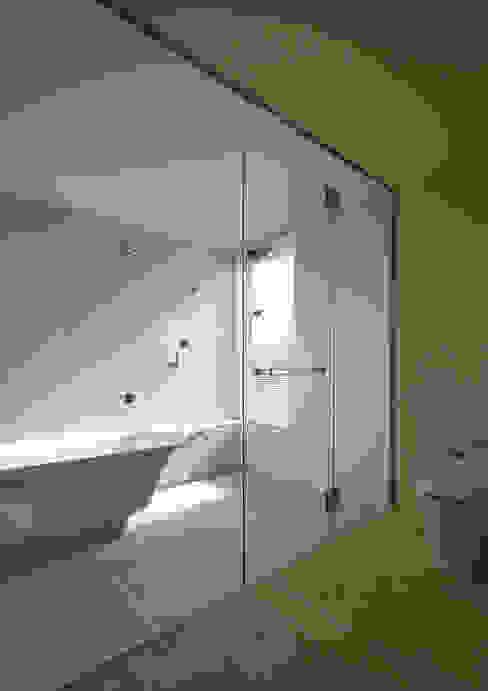 Casas de banho  por アトリエハコ建築設計事務所/atelier HAKO architects, Moderno