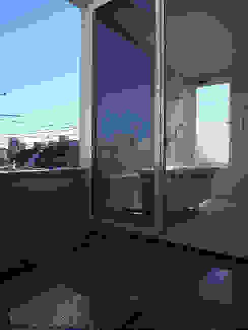 品川の住宅: アトリエハコ建築設計事務所/atelier HAKO architectsが手掛けたテラス・ベランダです。,モダン