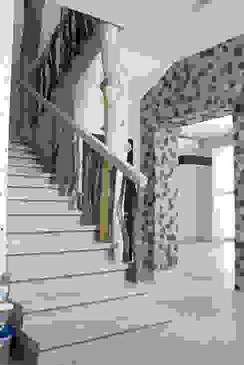 Дубовая лестница Коридор, прихожая и лестница в эклектичном стиле от homify Эклектичный