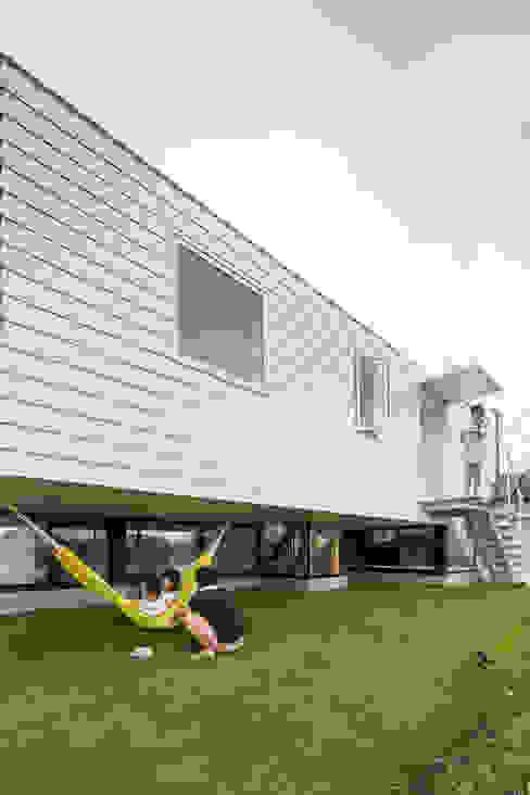 KAWATE: 武藤圭太郎建築設計事務所が手掛けた庭です。,モダン 金属