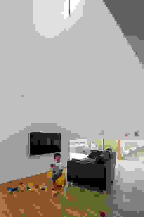 KAWATE: 武藤圭太郎建築設計事務所が手掛けたリビングです。,モダン