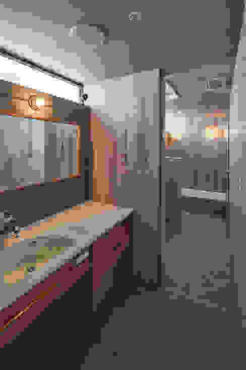 Banheiros modernos por 武藤圭太郎建築設計事務所 Moderno Azulejo