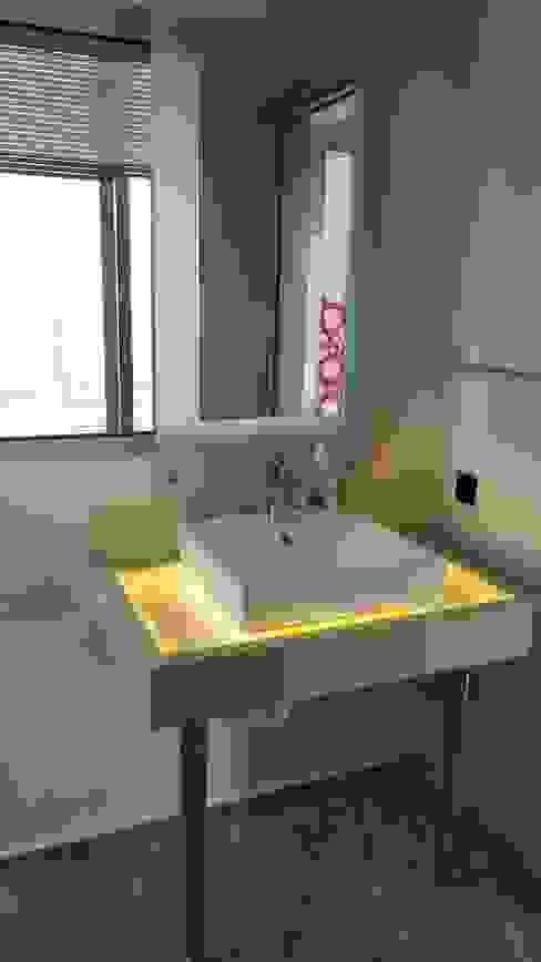 Ванная комната в стиле модерн от SAYTAS SABUNCUOGLU YAPI VE TIC.LTD.STI. Модерн